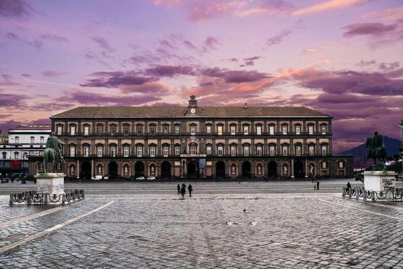 La storia politicamente scorretta delle statue dei re del palazzo Reale di Napoli