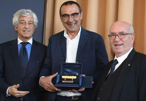 Video- Sarri vince la panchina d'oro: Ecco la sua reazione. L'allenatore azzurro lancia anche una battuta sul suo amico-rivale Massimiliano Allegri.