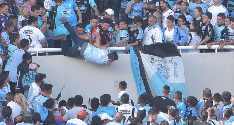 Argentina: tifoso picchiato e lanciato nel vuoto dagli spalti