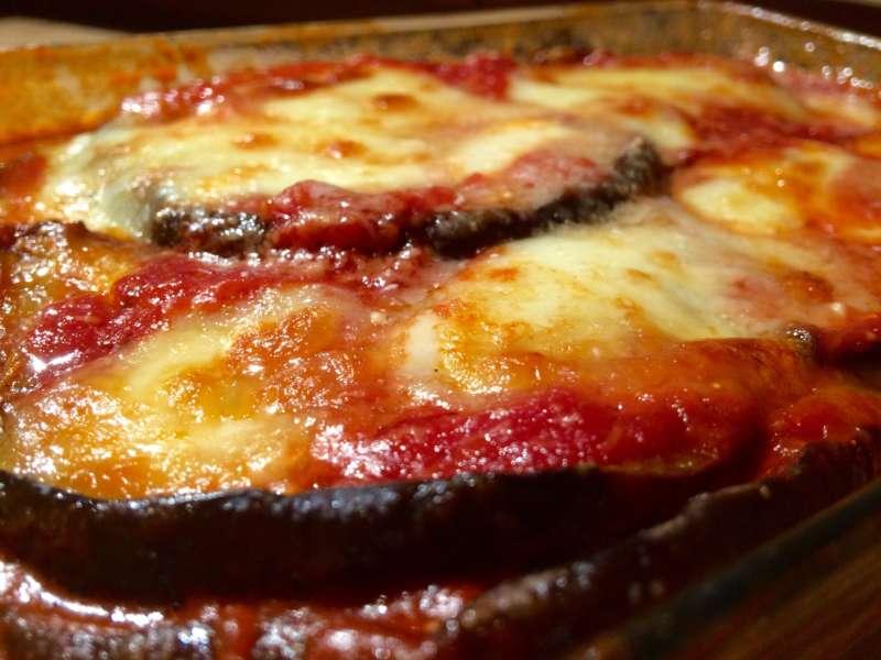 La parmigiana di melanzane un piatto della tradizione Napoletana. Erroneamente attribuito all'Emilia