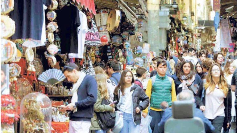 """Festività di Pasqua a Napoli boom di turisti. Pieni i grandi alberghi. Ai decumani Un """"B&b"""" ogni 50 metri."""