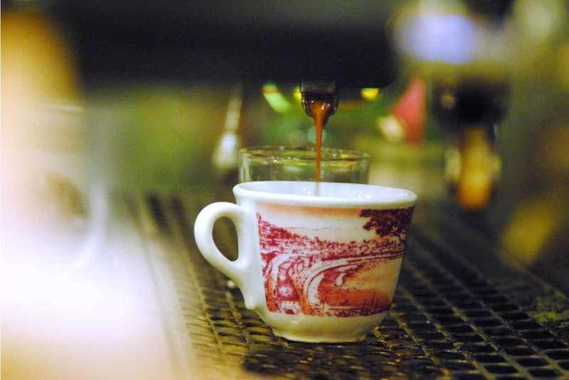 Sai quando è comparsa a Napoli la tazzulella di caffè