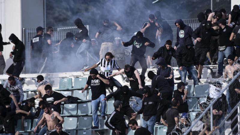 Coppa di Grecia scontri tra tifosi del Paok e Aek Atene.