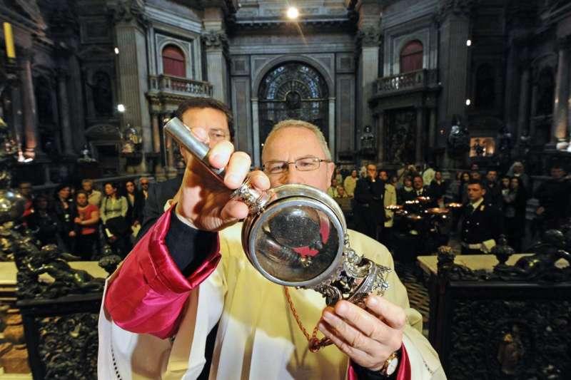 I campioni del Napoli baciano la teca e si soglie il sangue di San Gennaro