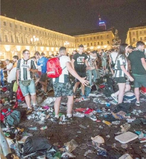 Juve-Real panico a Torino petardi, tifosi travolti e feriti.
