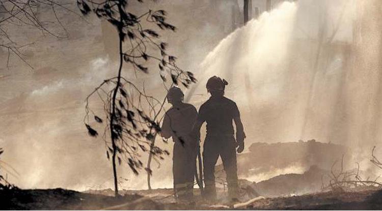 Il parco del Vesuvio non c'è più. Il Vesuvio nella morsa dei roghi in fumo 100 ettari, altri sfollati Salvata la discarica di Cava Sari. Paura a Ottaviano ed Ercolano.