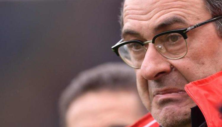 Una norma Uefa ha fatto arrabbiare Sarri. L'allenatore del Napoli si è sfogato....