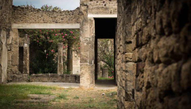 Turista spagnolo fa la cacca negli scavi di Pompei