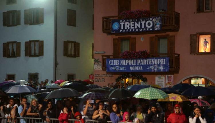 4 calciatori incontrano i tifosi. Il Napoli abbraccia i Napoletani. Stasera in piazza a Dimaro le consuete domande dei tifosi.