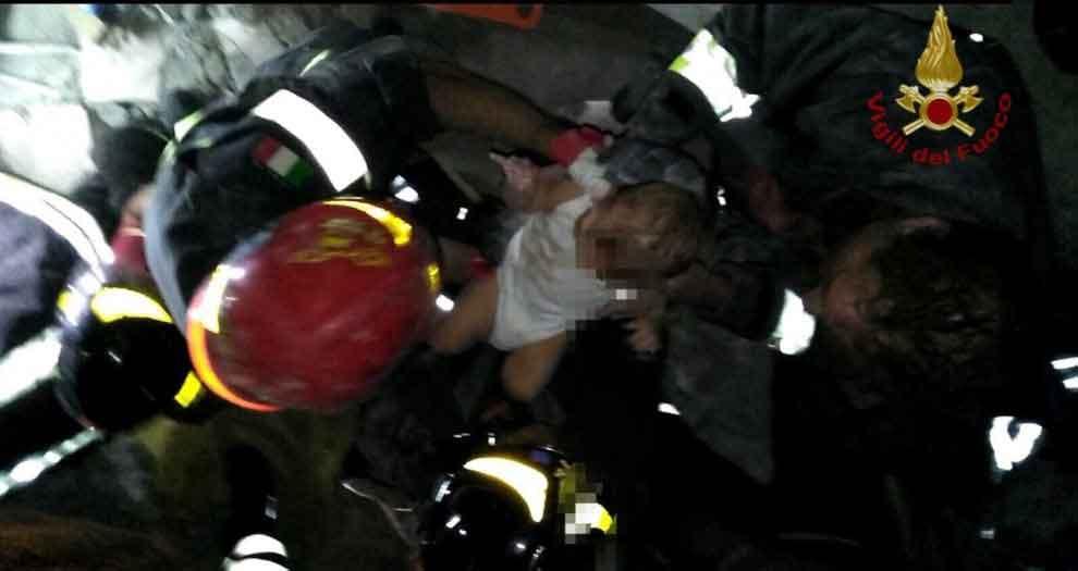 Terremoto Ischia, estratto vivo dalle macerie un bimbo di 7 mesi. Si cercano ancora i due fratellini di 3 e di 5 anni: il loro rifugio è stato un letto