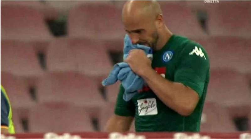 Napoli - Atalanta ha regalato emozioni in campo ma anche sugli spalti. Al San Paolo Pepe resta, lo striscione più quotato. Sguardo affranto per Reina.