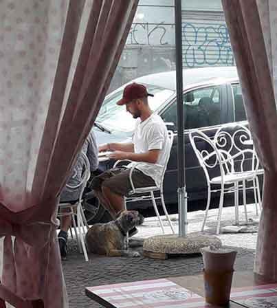 Pomeriggio «goloso» per Dries Mertens alla pasticceria del Vomero Bakery&Love. Ciro Mertens con l'inseparabile cagnolina Juliette.