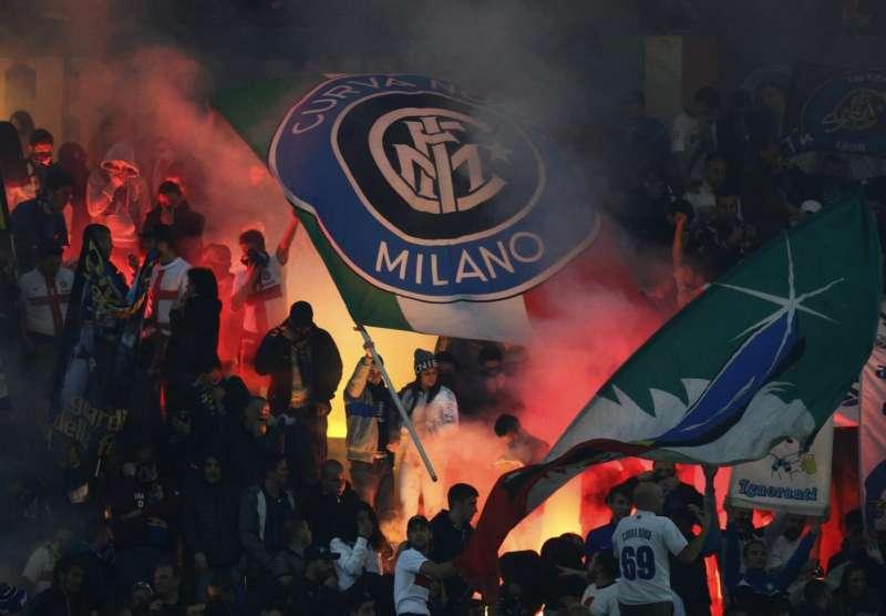 Aveva chiesto di abbassare una bandiera. San Siro ultras dell'Inter picchiano padre e figlioletta. Daspo di 5 anni per il membro della Curva Nord interista.