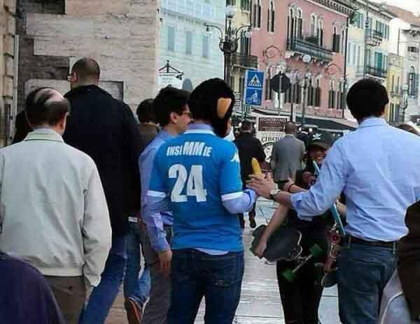 Verona tifoso travestito da scimmia offende insigne: insiMMie...