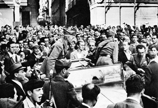 Le quattro giornate di Napoli: fu l'inizio del declino morale della città e del sud, ma anche del nord. Da quel momento, l'Italia di-venne mafiosa.