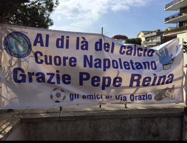 Striscione dei tifosi napoletani per Reina, stamattina sotto casa del portiere. Nonostante il mancato rinnovo del contratto, Pepe Reina è amato dal popolo azzurro.