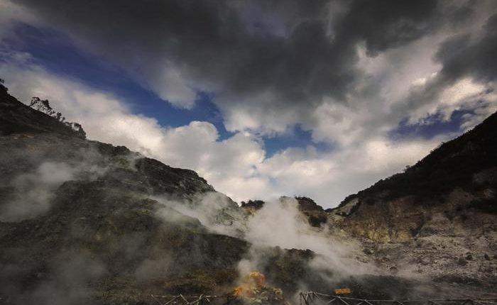 Frana nel cratere della Solfatara a Pozzuoli Tre mortI.Le vittime sono di Torino e appartengono alla stessa famiglia.
