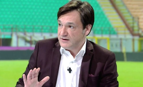 Entrata dura di Fabio Caressa su Sarri. Il giornalista di Sky sport bacchetta il tecnico del Napoli ed elogia l'allenatore bianconero.