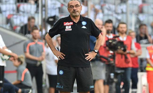 Le urla di Sarri alla squadra per evitare distrazioni e caricare i giocatori,sentite perfino i clienti del resortche confina con i campi di allenamento del Napoli