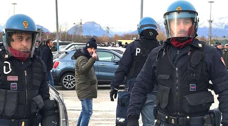 Udinese-Napoli tafferugli all'esterno della Dacia Arena . Scontri tra Napoletani e friulani prima della partita interviene la polizia.