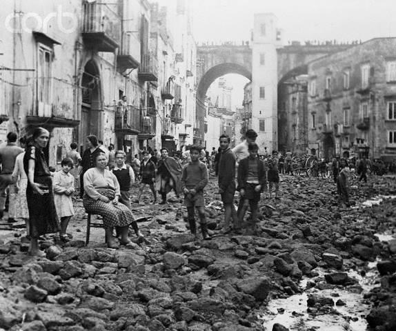 La Lava dei Vergini, ossia acque piovane che invasero le strade del quartiere Sanità di pietre e fango. Quando ancora non era stato fondato il rione fuori le mura dei Vergini. Anticamente l'intera zona era lambita da un torrente che scendeva dai Colli Aminei e dai Materdei.