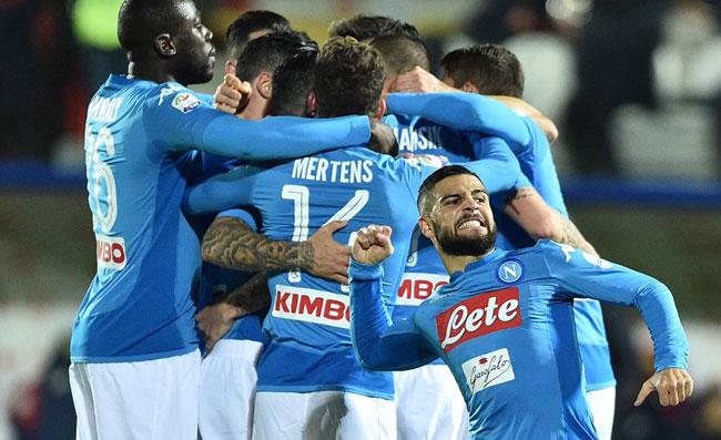Napoli vince a Crotone ed è campione d'inverno