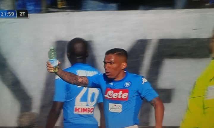 Atalanta-Napoli brutto episodio: Koulibaly sfiorato da una bottiglietta lanciata Video