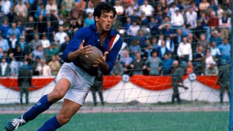 Calcio e Cinema. Da Oronzo Canà a fuga per la vittoria, passando per il maledetto United, Hooligans, Pelè e Maradona, la mano de Dios e tanti altri... Ecco alcuni dei migliori film sul calcio mai realizzati.