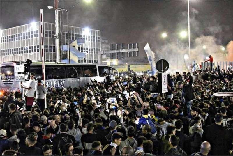 Retroscena Lorenzo Insigne soccorre tifoso durante i festeggiamenti a Capodichino