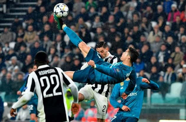 Il giornalista imita la rovesciata di Ronaldo, ma finisce al pronto soccorso