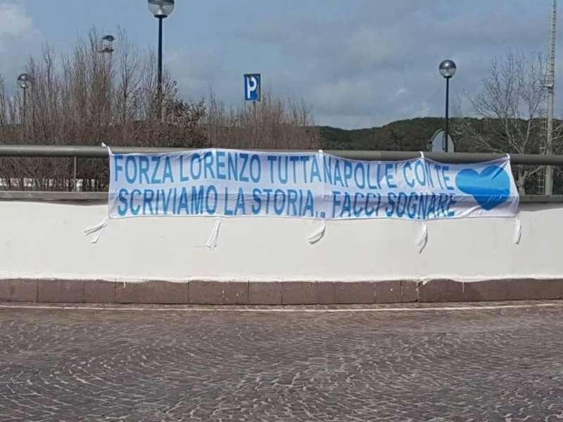 Napoli è con Lorenzo. A Castel Volturno uno striscione per Insigne
