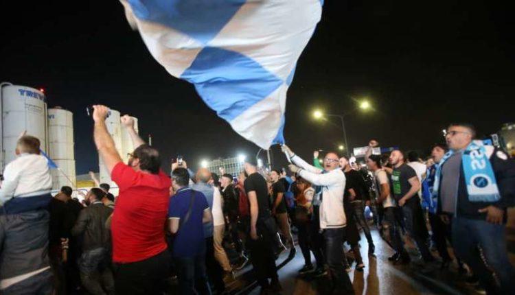 Napoli in delirio, ventimila tifosi fanno festa, giocatori increduli