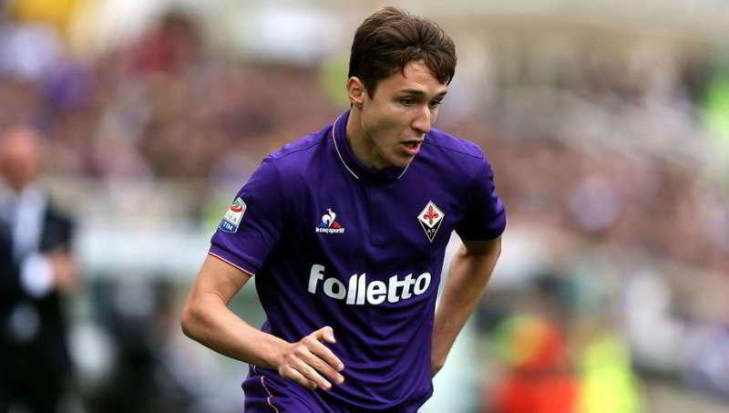 Napoli su Chiesa offerti 50 milioni Muro Fiorentina De Laurentiis chiama Della Valle e al cash aggiunge anche due giocatori. Ancelotti telefonata al papà Enrico. Solita azione di disturbo della Juve.