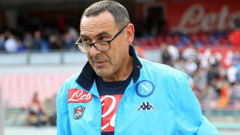 Succede solo a Napoli. I tifosi impazziti per Maurizio Sarri, in procinto di rinnovare, scomodano un pezzo sacro della canzone napoletana, così torna a Surriento diventa Sarrimiento.