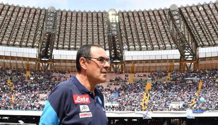 Il Napoli vuole Sarri, ma oggi potrebbe essere l'ultima partita del tecnico sulla panchina azzurra. Sarri è prigioniero delle sue incertezze le indiscrezioni su Chelsea e Zenit restano concrete, ma l'offerta di De Laurentiis è altrettanto intrigante.