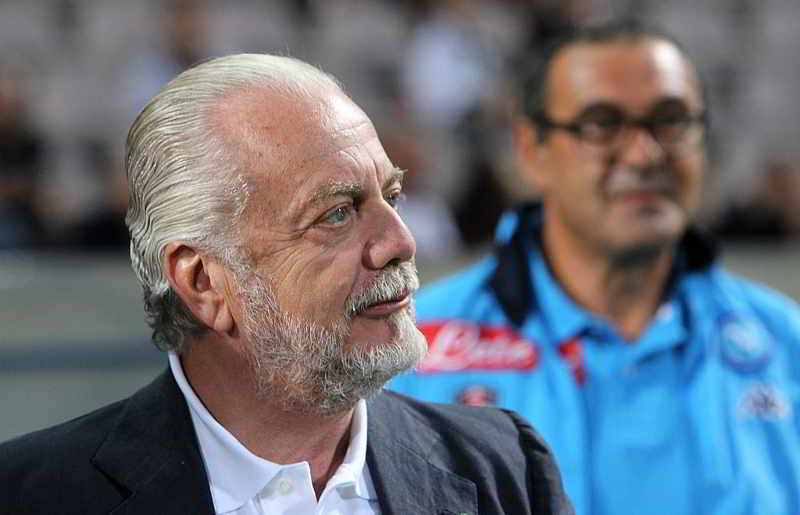 Domani l'incontro Sarri-De Laurentiis. L'accordo economico non rappresenta un ostacolo: tra 3,5 e 4 milioni l'anno. L'allenatore chiede un rafforzamento della rosa ma il presidente non investirà sui top player.