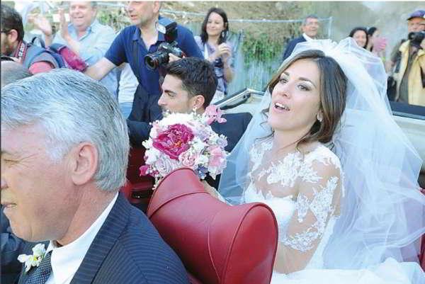 Ancelotti, la Campania nel destino. Carletto e le nozze della figlia, un «presagio» per il futuro. Il genero nutrizionista, tifoso azzurro, lo seguirà nell'avventura. Ancelotti vivrà nella casa di Pepe Reina. Napoli e' già impazzita.