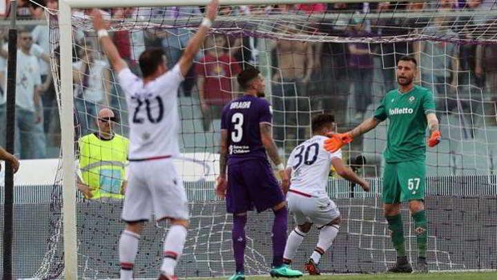 La Fiorentina sconfitta dal Cagliari. La partita in memoria di Astori finisce in rissa. Pavoletti espugna Firenze e tiene a galla i sardi che ora si allontanano dalla zona retrocessione. Per i Viola la verve pro Juve si è esaurita. Pioli si discolpa.