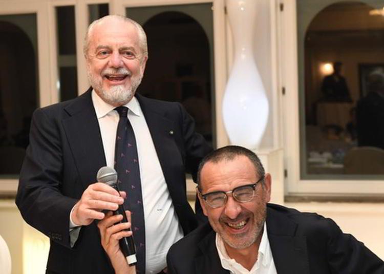 Importanti novità su Sarri, riportate dalla redazione di Radio Sportiva. Possibile fumata bianca in arrivo. Sarri è stato chiaro con De Lauretiis, il mister è inamovibile su un punto.