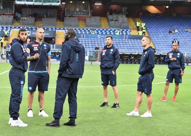"""Nel pre-partita di Samp-Napoli, cori contro i napoletani: """"vincerete il tricolore"""" e il solito """"Vesuvio Lavali""""."""