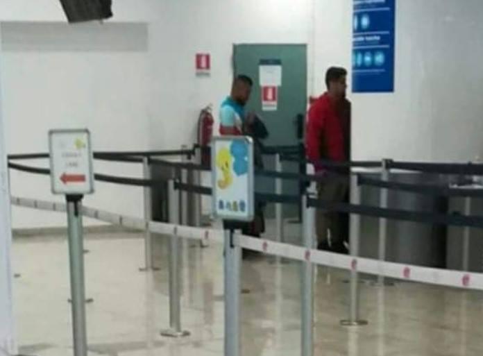 Napoli, Vidal a Capodichino? sta facendo il giro del web la foto del presunto centrocampista cileno all'aeroporto di Napoli. L'immagine diventa virale ma al momento non ci sono conferme