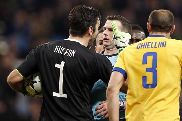 Champions League, Tre giornate di squalifica per Buffon. È la sanzione comminata per l'espulsione in Real Madrid-Juve dell'11 aprile e per le successive dichiarazioni sull'arbitro Oliver.