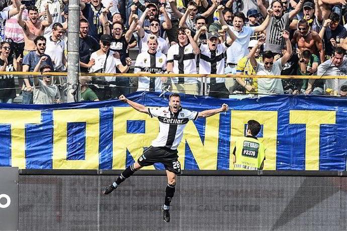 Il Parma rischia la serie A. L'accusa è di tentato illecito in merito agli sms inviati da Emanuele Calaiò e Fabio Ceravolo ai giocatori dello Spezia.