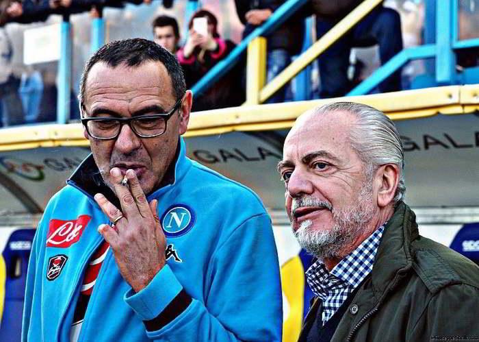 I saluti di Sarri sono una fake news. I napoletani creduloni hanno abboccato facendo diventare virale il messaggio e dando visibilità a chi ha utilizzato in maniera illegale il nome dell'ex allenatore del Napoli.