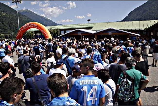 Dimaro, tifosi del Napoli con cori e fumogeni: «Vogliamo il tricolore, Aurelio compra il campione»