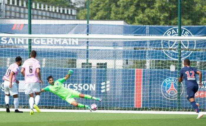 """Brutta figura di Buffon all'esordio con il PSG: """"due gol subiti e rigore causato"""""""