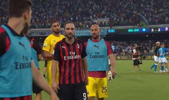 La reazione di Higuain dopo la rimonta del Napoli . Reina e Albiol...