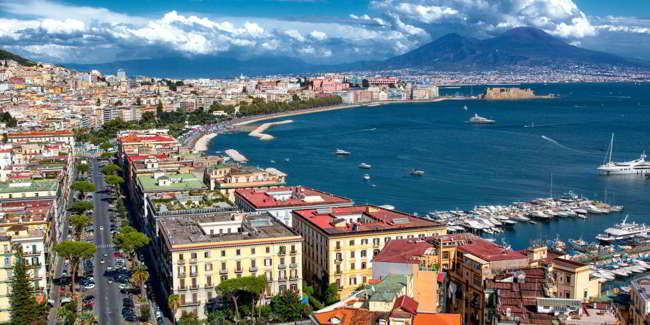 Se non ci fossero i napoletani bisognerebbe inventari... Lettera d'amore a Napoli di Massari