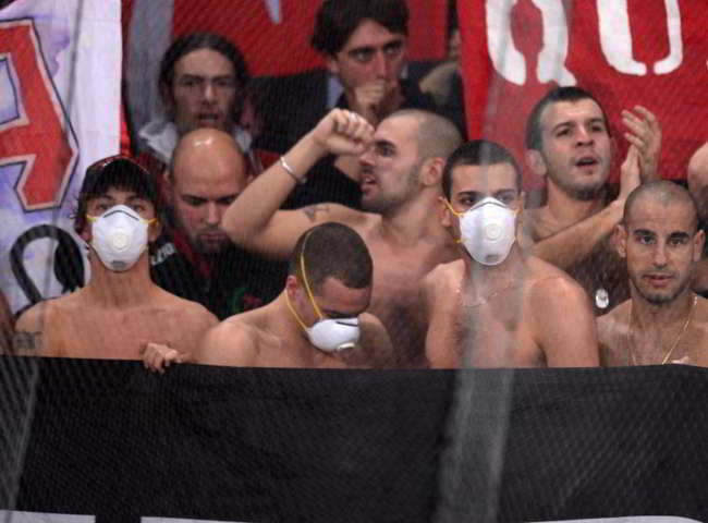 Il giudice sportivo punisce i cori razzisti dei Milanisti al San Paolo con 10000 Euro di multa. Il Napoli punito per un bengala con 12000 euro di multa.