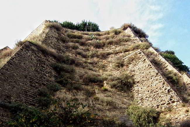 La storia del monte Echia noto come Pizzofalcone e le grotte platamonie